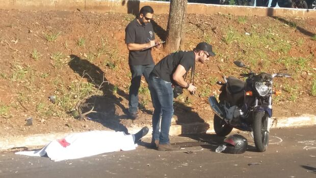 Rapaz morre após bater  motocicleta em árvore em Campo Grande