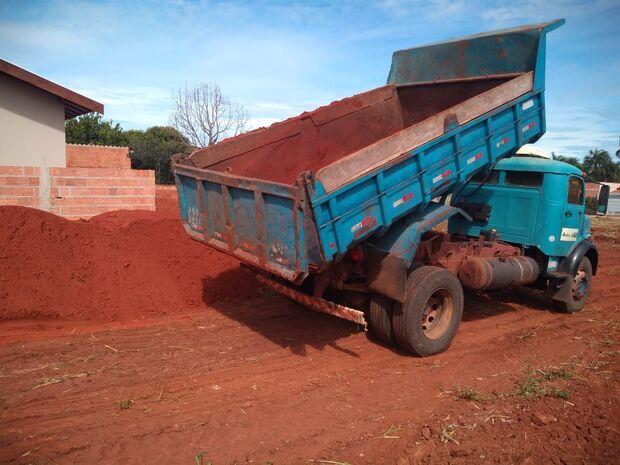Moradores flagram caminhão pago com dinheiro público prestando serviço particular em MS