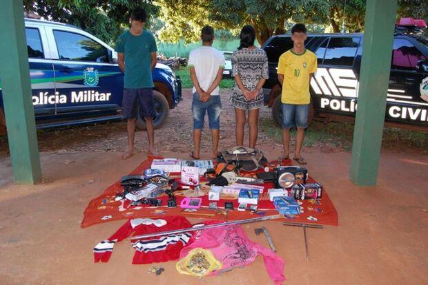 Polícia apreende dois adolescentes e prende dois homens por furto em loja