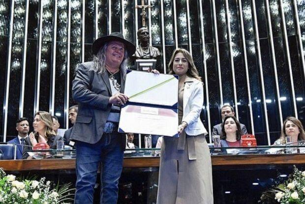 Na Lata: ex-vereador reaparece em entrega de premiação à cantora de MS