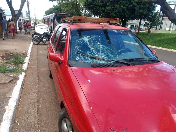 VÍDEO: idosa é atropelada por carro ao atravessar avenida sem faixa de pedestre