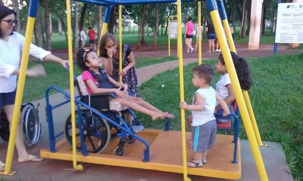 Parque adaptado é destruído e crianças cadeirantes ficam sem mais uma opção de lazer