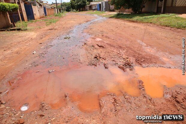 Moradores denunciam vazamento de água logo após conserto no Lageado