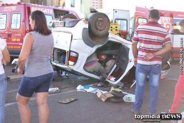 Motorista avança placa de pare e provoca capotamento no bairro São Francisco