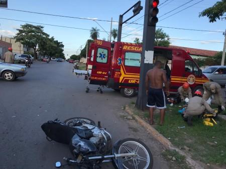 Motociclista sofre fratura exposta na perna ao se envolver em acidente de trânsito