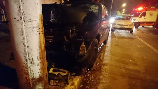 Mulher perde o controle da direção, bate o carro em poste e fica presa às ferragens