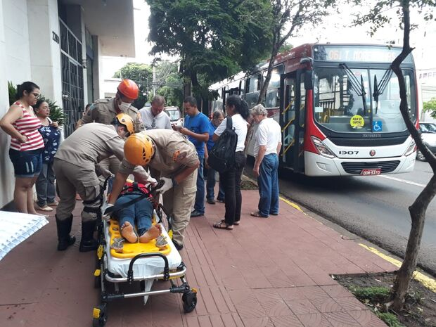 Mulher atravessa rua sem olhar e é atropelada por ônibus em Campo Grande