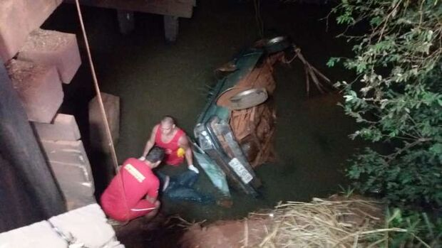 Motorista morre afogado após perder controle de veículo e cair em córrego