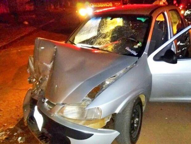 Embriagado, jovem bate carro em caminhão parado e desacata bombeiros