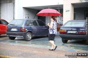 Prepare o guarda-chuva: tarde começa chuvosa e surpreende moradores de Campo Grande