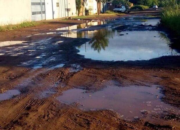 Próximo a lençol freático, qualquer chuvisco transforma ruas em lagos no Nova Campo Grande