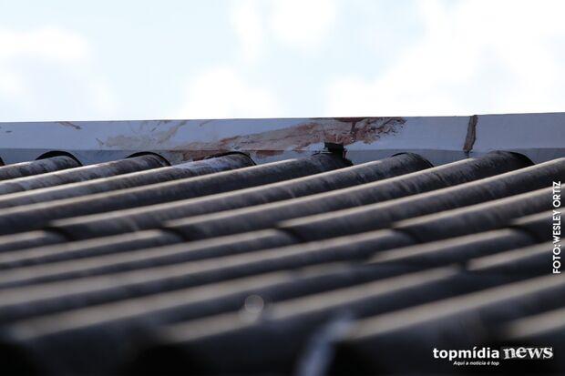 Foragido da Justiça é baleado ao tentar escapar da polícia pelo telhado de casa no Universitário