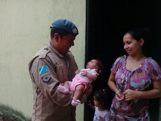Por telefone, bombeiro ajuda pais a salvar bebê engasgada