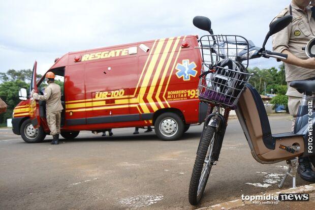 Ciclista com bicicleta elétrica assusta com veículo, tem crise de ansiedade e cai na pista