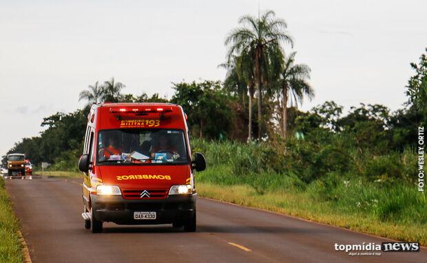 Veículo com três pessoas cai em córrego em Dourados