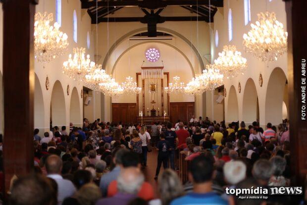 Quaresma é tempo de reflexão e fiéis lotam igrejas nesta quarta-feira de Cinzas
