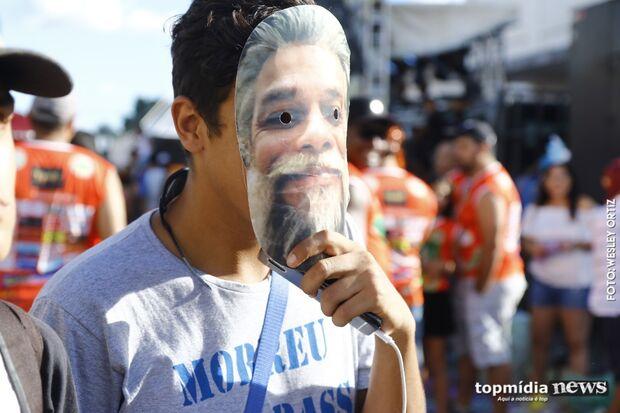 Dia de bloco na rua tem looks criativos, mas ainda quem apele para máscara de Fábio Assunção
