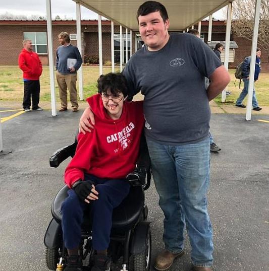 Adolescente junta dinheiro por dois anos para comprar cadeira de rodas para amigo