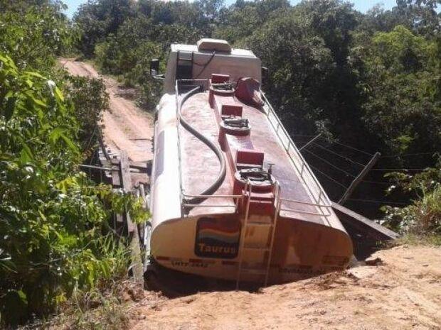 Caminhão tanque fica pendurado por dois dias sobre rio em MS