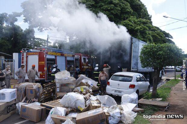 Caminhão carregado com mercadorias pega fogo e assusta moradores; prejuízo ainda é calculado