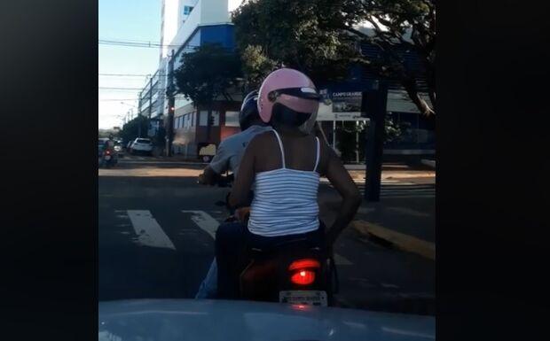 VÍDEO: mulher é flagrada com capacete ao contrário no Centro da Capital