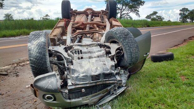 Batida entre caminhonetes deixa cinco feridos; um dos veículos capotou