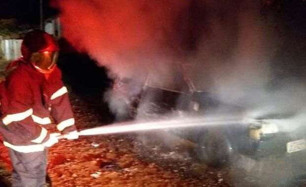 Casal discute e mulher põe fogo em veículo