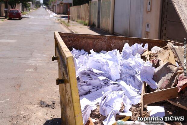 Ex-policial é alvo de ataque e rua amanhece coberta de papel difamatório; vizinhos estão assustados