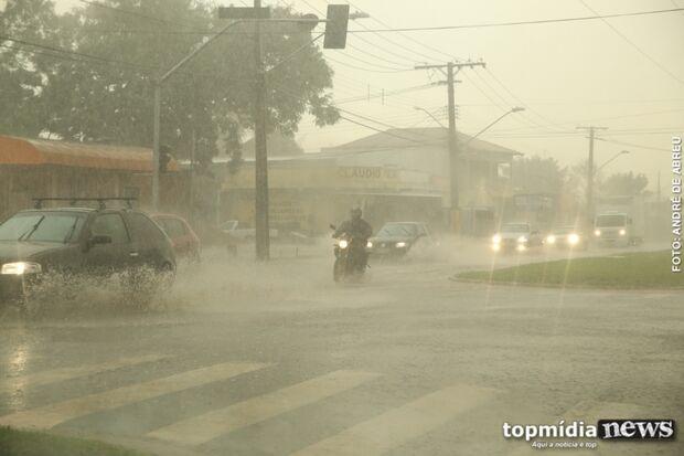 Meteorologia acerta e 'cai o mundo' em Campo Grande