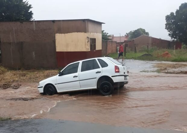 VÍDEO: carro é 'engolido' por buraco durante chuva intensa em Campo Grande