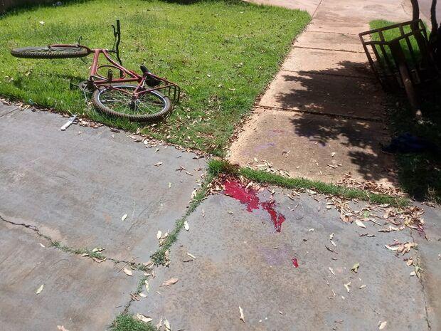 Ciclista sofre atentado, é atropelado e baleado na Capital; mulher leva tiro de raspão