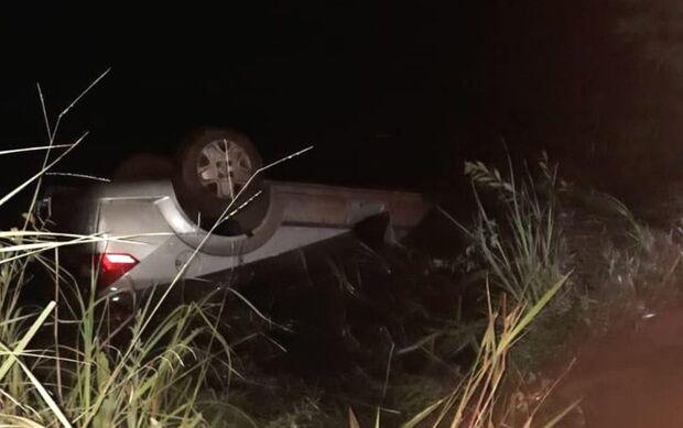 Três pessoas morrem após carro cair em represa e ficar quase todo submerso, em Goiás