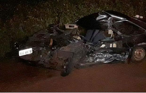 Homem morre e outro fica ferido em batida entre carro e caminhonete