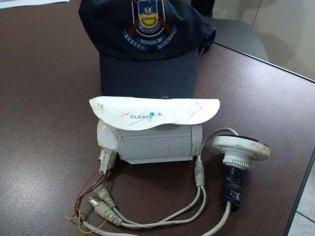 Menores são detidos após destruir câmeras de escola e defecar no pátio