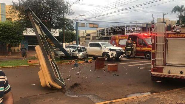 Após batida entre carro e caminhonete, semáforo cai e mulher fica presa às ferragens