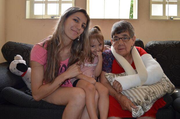 Após adoção, idosa que viveu 50 anos em hospital ganha sobrenome