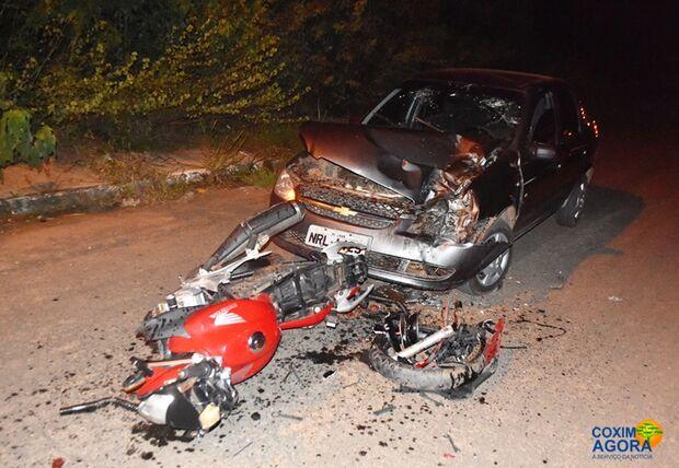 Militar do exército sem capacete sofre traumatismo craniano após bater moto em carro