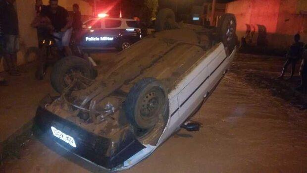 Motorista perde o controle da direção, bate em muro de residência e capota veículo