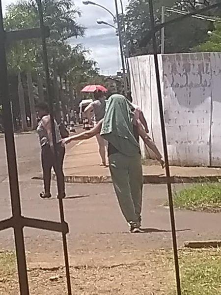 Risco de contaminação: profissional é flagrado usando jaleco de hospital para se esconder do sol