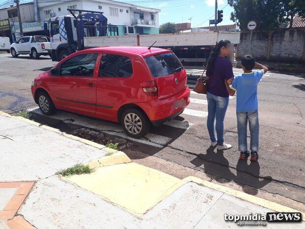 CARA DE PAU: cidadão denuncia motorista que estacionou carro em cima da faixa de pedestre