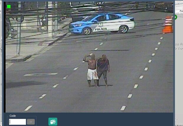 Homem armado é preso após fazer morador de rua refém