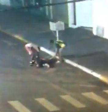 VÍDEO: homem morre em avenida e é roubado por dupla em MS