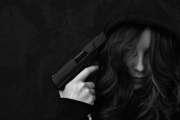 Criança de 10 anos escala guarda-roupa, pega arma do pai e comete suicídio em SP