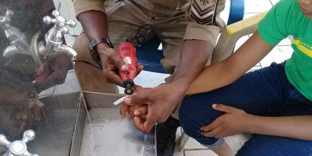 Estudantes ficam com anéis presos aos dedos e pedem ajuda aos Bombeiros