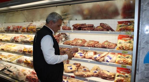 Procon/MS flagra carne com validade vencida em açougue na região central de Campo Grande