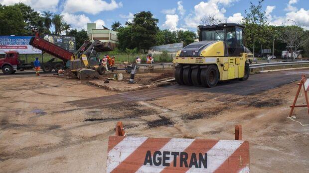Prefeitura aproveita estiagem para refazer pavimento de rotatória destruído pela chuva