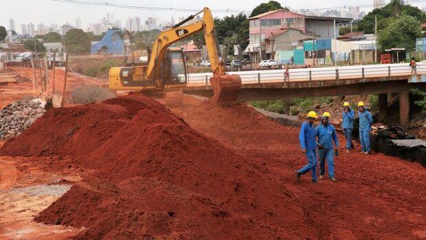 Prefeitura vai retirar 1500 caminhões de areia do Anhanduí e reforçar estrutura de ponte