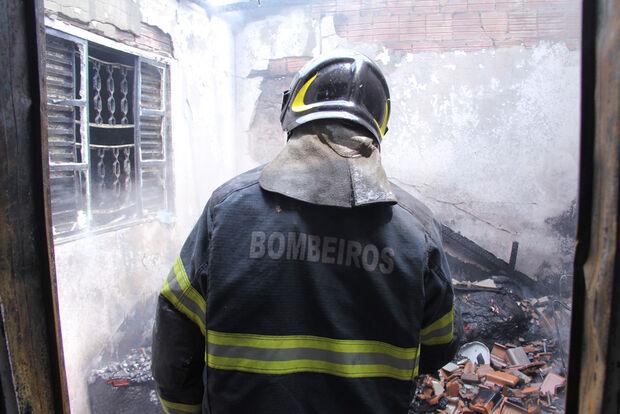 Casa de escrivã de polícia pega fogo e amigos pedem ajuda para reconstruir imóvel