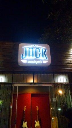 Segurança leva soco na boca de cliente por causa de cadeira em bar de rock em Campo Grande