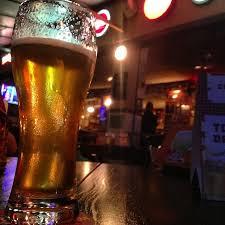 Achou que ia pegar: homem convida estranha para beber em bar e tem celular furtado